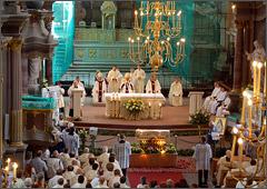 Mons. Adolfas Grušas skaito Kauno arkivyskupo S. Tamkevičiaus dekretą, kuriuo sušaukiamas Sinodas (Kaunas, 2007 06 24)
